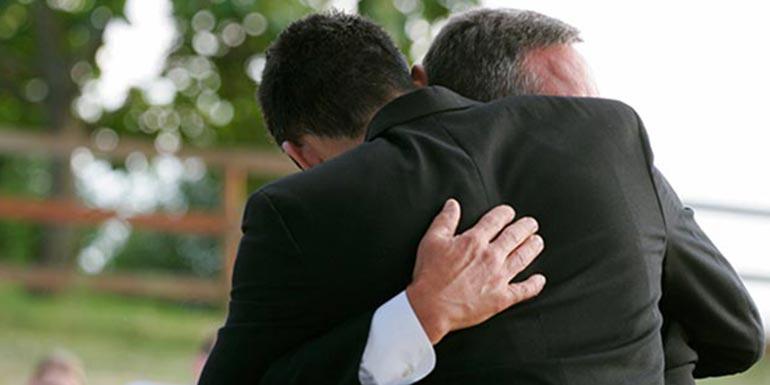 hugging-funeral-deathcareindustry-(2)